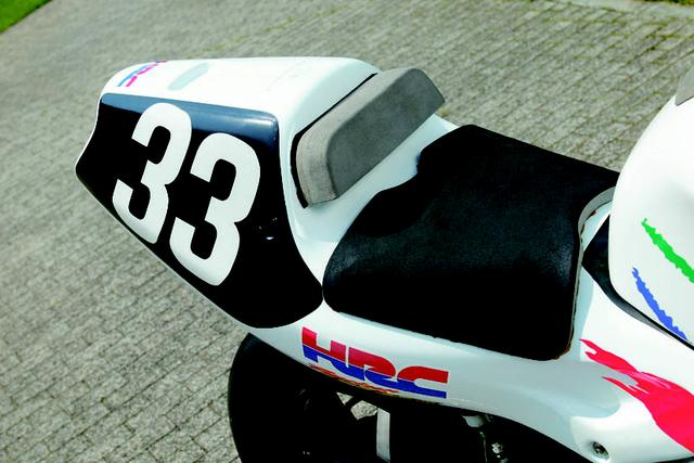 画像: 全世代のVFR750R(RC30)に比べ、前後方向の長さを大きくとっているシート。ベルクロ装着のパッドで、ライダーの体格差に対応していた。 オートバイ/モーターマガジン社