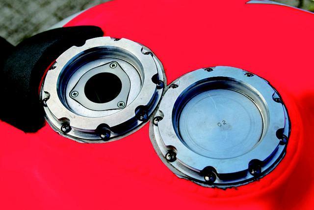 画像: HRCのオプションキットには24リッター燃料タンクが用意されていた。クイックチャージャーのエア抜きに、透明な点検窓が付いている。この燃料タンクを満タンにして、前後タイヤを交換する際にかかるピット作業時間は、わずか16秒前後だった。 オートバイ/モーターマガジン社