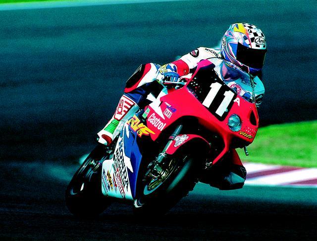 """画像: 1995年(第18回大会)FIM 世界耐久選手権シリーズ第4戦 """"コカ·コーラ""""鈴鹿8時間耐久ロードレースでは、A.スライトが鈴鹿8耐史上初の3年連続優勝を達成。フリー走行で転倒したスライトの分も、パートナーの岡田忠之が頑張ったことが、この偉業の多大なるアシストとなった。 オートバイ/モーターマガジン社"""