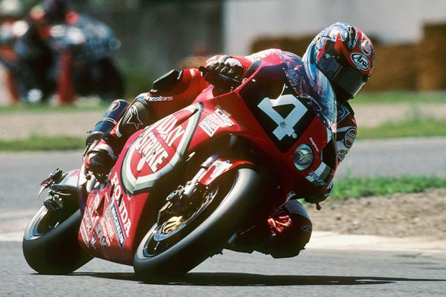 """画像: 1999年(第22回大会)FIM 世界耐久選手権シリーズ第4戦 """"スプライト""""鈴鹿8時間耐久ロードレースを走るRVF/RC45。2年連続でスプライト鈴鹿8耐としての開催。そしてHonda RVF/RC45にとってはこの年が最終年となり、その花道を飾る立役者となったのは岡田忠之とアレックス・バロスのWGPコンビだった。 www.suzukacircuit.jp"""