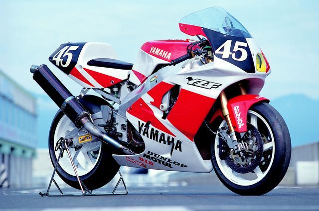 画像: YRTからのエントリーのため、フェアリングのグラフィックはヤマハ伝統のストロボパターンを採用。鈴鹿8耐車のホイールは、ベースモデルより小径な16.5インチを装着していた。 オートバイ/モーターマガジン社