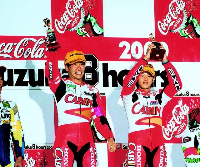 画像: 表彰台の中央で喜びを爆発させる宇川徹(左)と加藤大治郎。この後ふたりは、レザースーツを脱いで、観衆にそれをプレゼントした。 オートバイ/モーターマガジン社