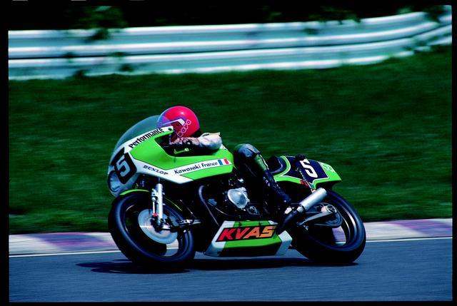 画像: 1981年大会で3位を獲得したレイモン・ロシュ/ジャン・ラフォン組のカワサキZ1000J。TT-F1が4ストローク1,000cc上限だった時代の耐久レーサーの迫力を好むファンは、根強く存在します。