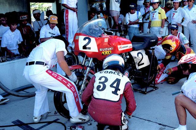 画像: 記念すべき第1回大会(1978年)に優勝した、ヨシムラのピット作業の様子。ヨシムラのピット作業の速さには定評があり、それがチームの伝統になっている。 オートバイ/モーターマガジン社