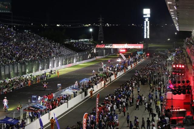 画像: 2016年大会のゴール後のホームストレート。優勝のヤマハ・ファクトリー・レーシングチーム及び2位のTeam GREENは、現行の鈴鹿サーキットのコースレイアウトとしては、最多の218周回を記録しました。今年はこれを更新する記録が出るのか・・・楽しみですね! www.suzukacircuit.jp