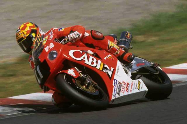"""画像: 2001年(第24回大会)FIM 世界耐久選手権シリーズ第6戦 """"コカ·コーラ""""鈴鹿8時間耐久ロードレースでVTR1000SPWを走らせるV.ロッシ。2000年に続き、ホンダはロッシとエドワーズをエースに据えて挑戦。見事に悲願の優勝を達成。2000年には215周、2001年には217周を走破しており、最多周回数も2年連続で更新しています。 www.suzukacircuit.jp"""