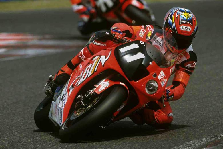 """画像: 2002年(第25回大会)FIM 世界耐久選手権シリーズ第4戦 """"コカ·コーラ""""鈴鹿8時間耐久ロードレースを走るホンダVTR1000SPW。6回ピットを公言してレースに臨んだが、見事それを実践した加藤大治郎とコーリン・エドワーズが219周を走破して優勝。この記録はいまもなお破られていない。 www.suzukacircuit.jp"""