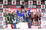 画像: 2016年・第39回大会の表彰式。この前の年から復帰したヤマハ・ファクトリー・レーシング・チームは、全日本選手権のエースである中須賀克行と、現役MotoGPライダー2名を組ませる3名体制で鈴鹿8耐を連覇しています。中須賀と組む今年のライダーが誰になるか・・・要注目です。 www.suzukacircuit.jp