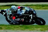 """画像: 2004年(第27回大会)FIM 世界耐久選手権シリーズ第5戦 """"コカ·コーラ""""鈴鹿8時間耐久ロードレースを優勝したホンダCBR1000RRW。宇川徹と井筒仁康が、見事CBR1000RRWの鈴鹿8耐デビューウィンを達成した。 オートバイ/モーターマガジン社"""