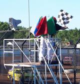 画像: こちらは鈴鹿サーキットではなく、海外のストックカーのポストですね(苦笑)。鈴鹿サーキットのポストはもっと立派ですが、用意されている旗はこんなカンジです。手前が赤旗(レッドフラッグ)です。 en.wikipedia.org