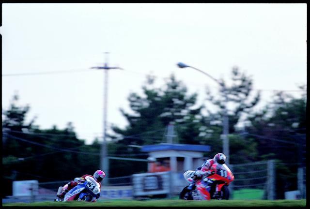 画像: 赤旗が演出した、2ヒート制の決勝となった1994年。ホンダとカワサキのワークス両エースチームが、激しいバトルを繰り広げました。 オートバイ/モーターマガジン社