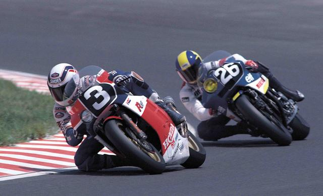 画像: 1985年大会に優勝したワイン・ガードナー/徳野政樹組(ゼッケン3、ホンダRVF750)。38周目にケニー・ロバーツ/平忠彦組(ヤマハ)に首位を奪われてしまうが、諦めずにこれを追撃。チームメイトに速さで勝るガードナーが2連続スティントを走りきった執念が、逆転勝利に結びついたと言えるのかもしれません。 オートバイ/モーターマガジン社