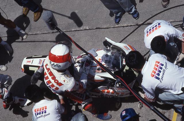 画像: 1993年大会でなったエディ・ローソン/辻本聡組(am/pm カネモト・ホンダ、ホンダRVF750)のピットイン作業の様子。 www.suzukacircuit.jp