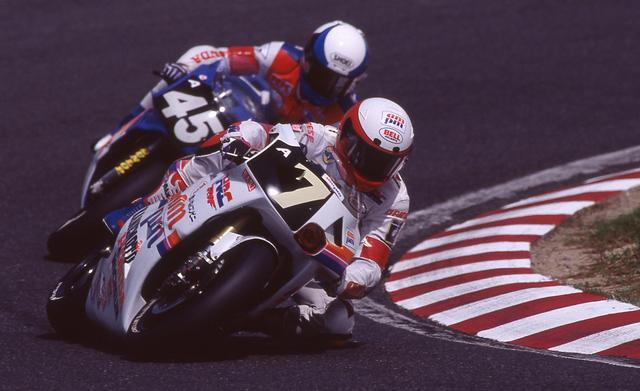 画像: 1993年は予選5位から決勝にのぞむものの、ローソンが逆バンクで転倒して優勝争いから後退してしまいます。しかし、しっかり2位でフィニッシュしたのはさすがですね。 www.suzukacircuit.jp