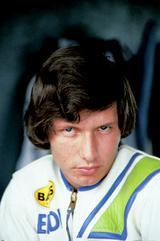 画像: 1976年からロードレースを始め、USカワサキの新人ライダーとして1980年のAMAスーパーバイクに参戦(カワサキKZ1000Mk2)。1983年から1993年まで、世界ロードレースGP500ccクラスのレギュラーとして大活躍。なお鈴鹿8耐初参戦時、ローソンは22歳でした。 オートバイ/モーターマガジン社