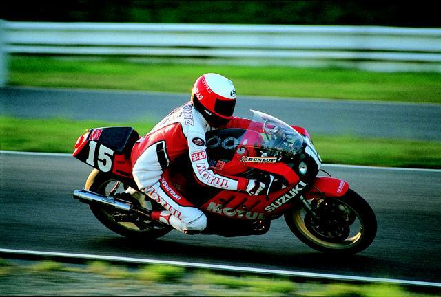 画像: 1985年、鈴鹿8耐ウィナーのG.クロスビーと組んだ若きシュワンツは、深いバンク角、独特のフォーム、そしてその卓越した速さで多くのファンにその印象を残しました。 オートバイ/モーターマガジン社