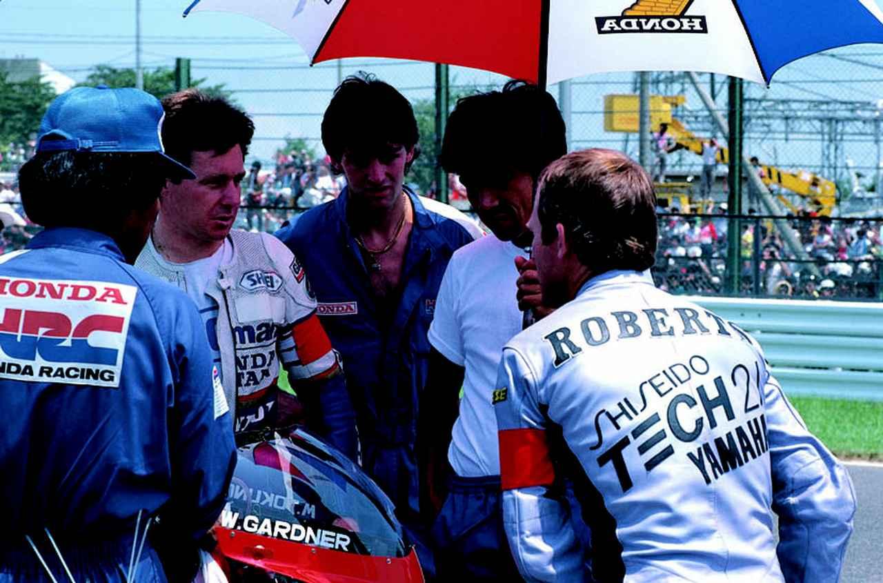 画像: 1985年大会、グリッド上でライバルのワイン・ガードナー(ホンダ)にプレッシャーを与える? K.ロバーツ(右)。 オートバイ/モーターマガジン社