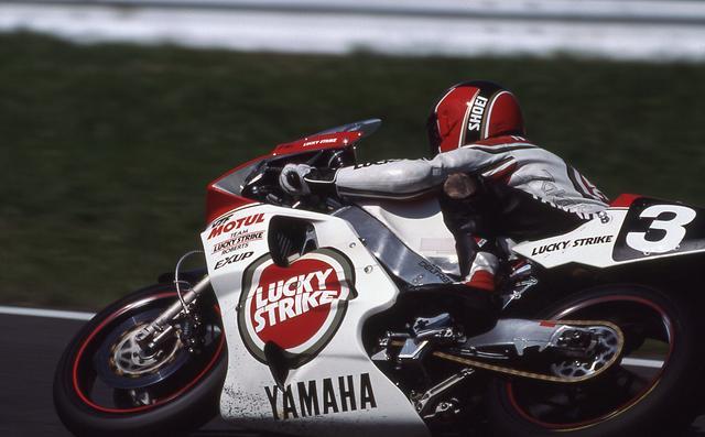 画像: ラッキーストライクカラーのヤマハYZF750に乗るレイニー。この年は決勝日に15万3,000人の観衆が鈴鹿サーキットに詰め掛け、鈴鹿8耐は当時世界最大規模のモーターサイクルイベントとなりました。 www.suzukacircuit.jp
