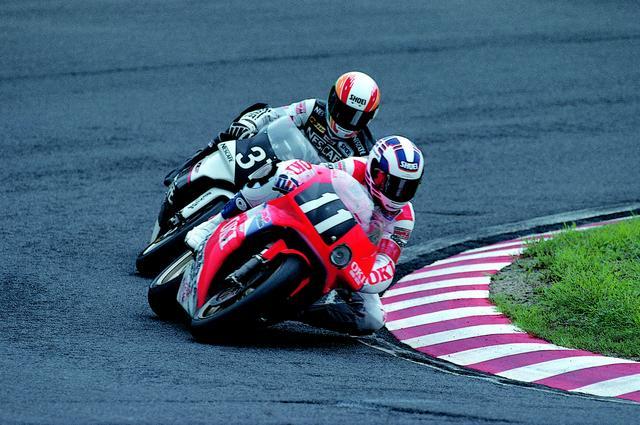 画像: 同郷のM.ドゥーハンと組んだチームは、優勝最有力のドリームチームと目されていましたが、優勝というリザルトを残したのはコンビ結成3年目の1991年大会でした。マシンはホンダRVF750です。 オートバイ/モーターマガジン社