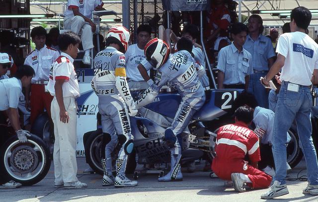 画像: 1990年のピットイン風景。ヤマハの日本人エースライダー、平忠彦は当時、「今までのペアの中で最も相性の良いライダー。ローソンのおかげです」と、自らの鈴鹿8耐初制覇を助けたローソンに感謝を述べていました。 www.suzukacircuit.jp