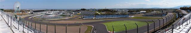 画像: 2009年に新設されたシケイン上段席。シケインと最終コーナーはもちろん、奥側のダンロップコーナーからデグナーカーブ(1つ目)まで見渡せ、さらに場所によっては1、2コーナーを走るマシンの姿も確認することができる。 www.suzukacircuit.jp