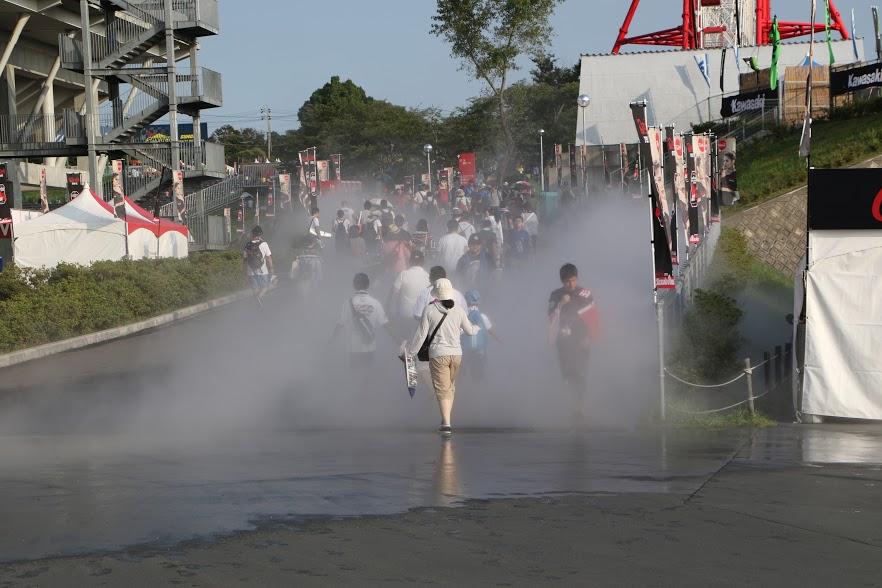 画像: ど〜ですか、お客さん!? こちらがミストです。暑い鈴鹿8耐には、とてもありがたいです! www.suzukacircuit.jp