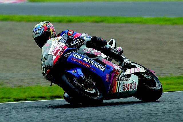 画像: 「自分が育ったロードレースを盛り上げたい気持ちと、オートレースのことも多くの方に知っていただきたかったので出場を決めました。表彰台に立てたことは本当に嬉しいです」とは、2005年大会を終えての青木治親のコメントです。 オートバイ/モーターマガジン社