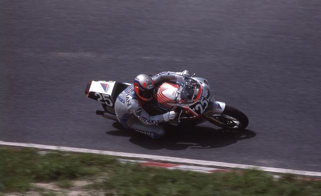 画像: 1987年大会で、ヤマハFZR750に乗るミック・ドゥーハン。予選は38位、決勝は70周でリタイアでした。 www.suzukacircuit.jp