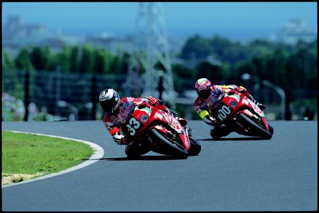 画像: 1998年大会、伊藤真一のホンダRVF/RC45(#33)を、RVF/RC45(#100)に乗り追いかける加藤大治郎。 オートバイ/モーターマガジン社