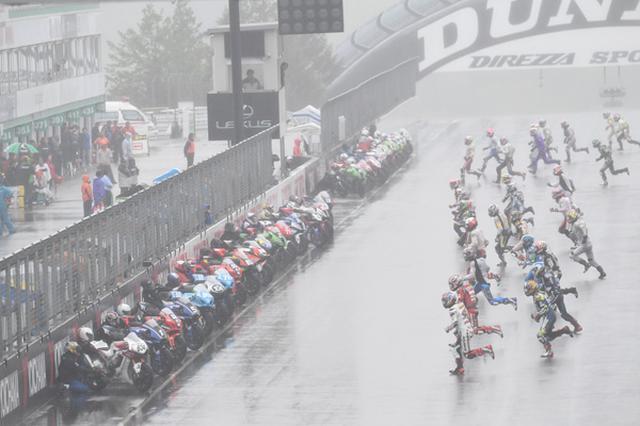 画像: 土曜日からやむことのなかった雨の中、ルマン式スタートで日曜の決勝を走る各選手たち! www.mfj.or.jp