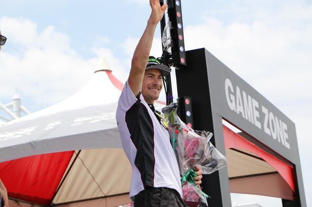 画像: 彼の抜群のファンサービスぶりは、2016年の鈴鹿8耐のパドックやステージでも発揮されました。 www.suzukacircuit.jp