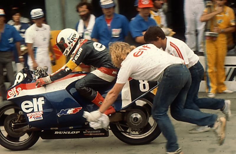 画像: 1983年大会、ピットロードからスタートするエルフe。手前のメカニックはMotoGPチーム「テック3」共同創設者のひとりで、ロードレースGP業界の有名人であるギー・クーロンその人です。 オートバイ/モーターマガジン社