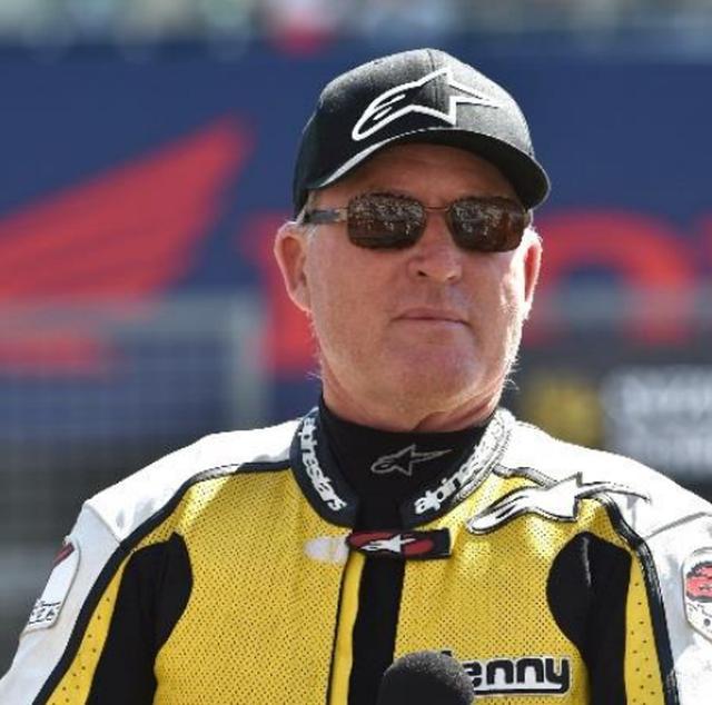 """画像: 【プロフィール】 ケニー・ロバーツ氏 1951年生まれ。カリフォルニア州出身。 1978年にYAMAHAのワークスライダーとしてWGP(ロードレース世界選手権)に参戦すると、その年から3年連続でチャンピオンを獲得。""""キング・ケニー""""の愛称で親しまれる。鈴鹿8耐においては、1985年、1986年の2年連続で参戦。 1985年の鈴鹿8耐では当時の全日本ロードレースチャンピオン・平忠彦とのペアで出場。トップを独走し、YAMAHA史上初の鈴鹿8耐優勝をもたらすかと思われたが、マシントラブルによりコントロールライン直前で停車。リタイヤとなるも、鈴鹿8耐史に残る名シーンとして語り継がれている。"""