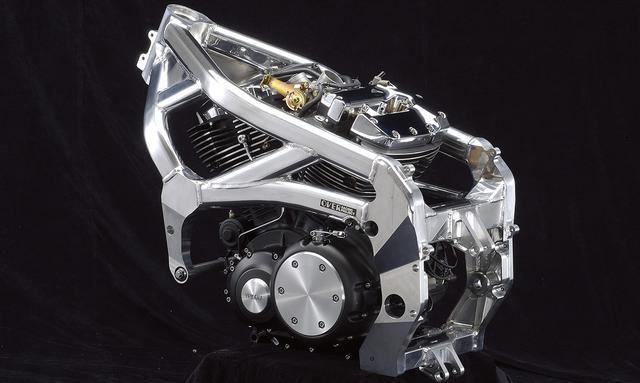 画像: インジェクションはホンダVTR1000系から流用。ラムエア加圧により、最高出力135馬力、最高速度227km/hをマークする。しかしエンジンの大きさ・重さは如何ともし難く、乾燥重量は189kgというヘビー級の重さでした。 www.over.co.jp