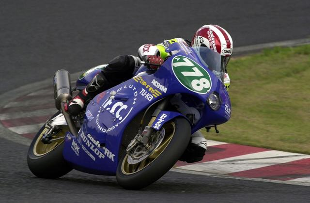 画像: 2000年大会、TSR AC91Mを走らせる前田淳。2005年マン島TTセニアクラスで6位入賞しましたが、翌2006年のTTで事故死しました。今でも彼の走りは多くのTTファンの語り草になっています。 www.suzukacircuit.jp