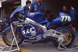 画像: 2000年大会のピットでのAC91M。世界ロードレースGPで活躍した他のACシリーズ同様、独自開発のシャシーを採用しています。エンジンはホンダCBR系を用いてます。 www.suzukacircuit.jp