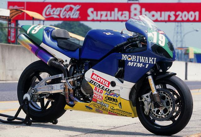 画像: 2001年の鈴鹿8耐ピット上のモリワキMTM-1。1981年大会ではカワサキZのエンジンを独自のアルミ合金製フレームに搭載して多くの人を驚かせたモリワキですが、MTM-1ではホンダVTR1000Fエンジンをクローム・モリブデン鋼管製フレームに搭載し、再び多くの人を驚かせたのです。 www.moriwaki.co.jp
