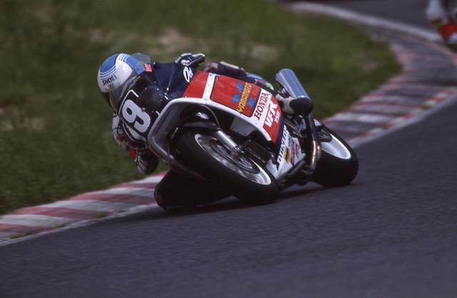 画像: 1987年大会を走る、ヤマモトレーシングのホンダVFR750F。ステアリングヘッドの位置が高いためハンドルバーが高く、「昔」のスーパーバイクっぽさを感じさせるマシンです。 ©オートバイ/モーターマガジン社