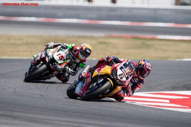 画像: 僚友ニッキー・ヘイデンの突然の死により、Red Bull Honda World Superbike Teamの唯一のライダーとしてホンダCBR1000RRを走らせるS.ブラドル。昨年の鈴鹿8耐でリタイアに終わったニッキーの代わりに、リベンジを果たすことができるか・・・注目しましょう。 www.honda.co.jp