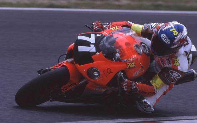 画像: 2003年、桜井ホンダのVTR1000SPWを駆る鎌田学。マシンやライディングギアの各所にあしらわれた「74」は、同年春に逝去した世界ロードレースGP250ccクラス王者、加藤大治郎のパーソナルナンバーであり、彼と共に走る、という友情の証でした。 www.suzukacircuit.jp