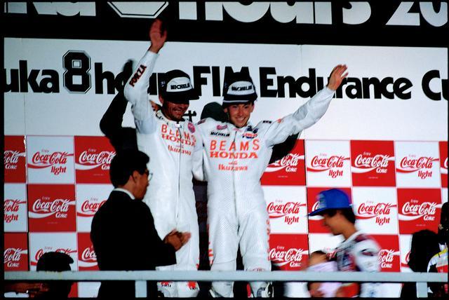 画像: 1989年、世界耐久王者となったA.ビエラ(左)とともに、表彰台の中央に上るD.サロン。 ©︎オートバイ/モーターマガジン社