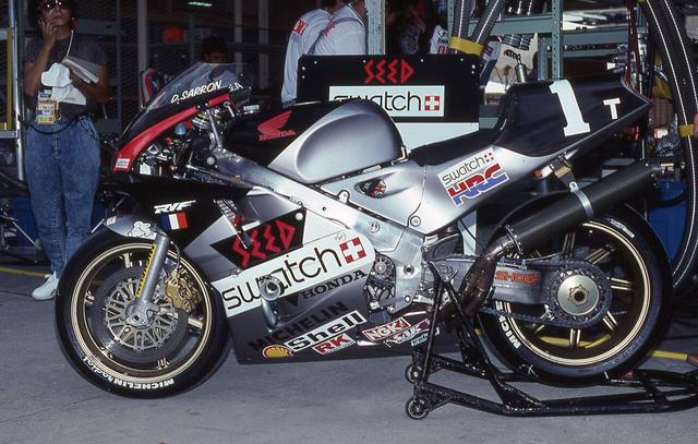 画像: 1990年、ゼッケン1で鈴鹿8耐連覇を狙った年の、A.ビエラ/D.サロン組のホンダRVF750です。 ©︎鈴鹿サーキット/モビリティランド