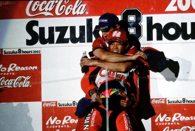 画像: 表彰台の頂点で、大治郎の背中を抱きしめるC.エドワーズ。ご覧のとおり2人には体格差がかなりありますが、コンビネーションはばっちりだったそうです。 ©︎鈴鹿サーキット/モビリティランド