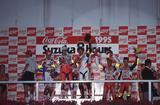 画像: 1995年、表彰台の中央に立つA.スライトと岡田忠之。岡田の激走により、最終的には2位に約46秒差をつけて優勝しました。 ©︎鈴鹿サーキット/モビリティランド