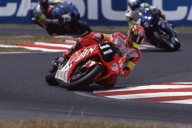 画像: 2001年、V.ロッシのパートナーとして、鈴鹿8耐をホンダVTR1000SPWで走るC.エドワーズ。 ©︎鈴鹿サーキット/モビリティランド