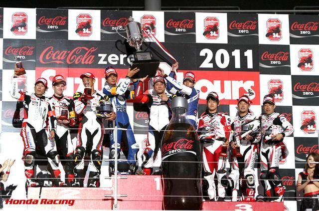 画像: 2011年、F.C.C. TSR ホンダのメンバーとして、伊藤真一と清成龍一とともに勝利を喜ぶ秋吉(中央)。 www.honda.co.jp