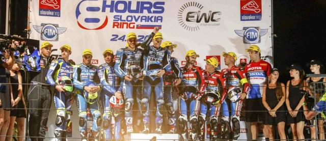 画像: スロバキア8時間耐久の表彰台。優勝はGMT94(ヤマハ)、2位はスズキ・エンデュランス・レーシング・チーム、そして3位はホンダ・エンデュランス・レーシングでした。 www.fimewc.com