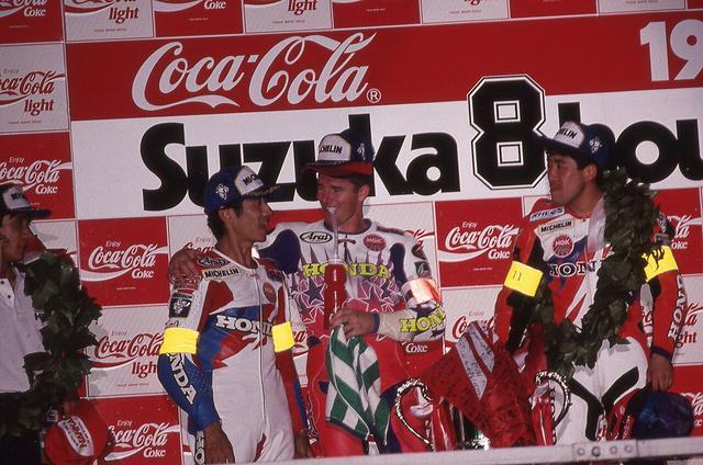 画像: 約46秒差で2位に入った伊藤真一/辻本聡組を、表彰台でたたえるA.スライト。 ©︎鈴鹿サーキット/モビリティランド