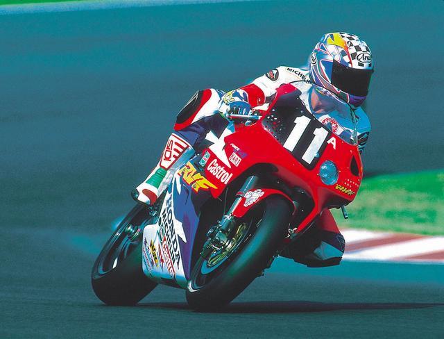 画像: 1995年、スライトはフリー走行で転倒した影響で本調子ではなかったですが、パートナーの岡田が奮闘したことにより、自身の連勝記録を3に伸ばすことができました。 ©︎オートバイ/モーターマガジン社