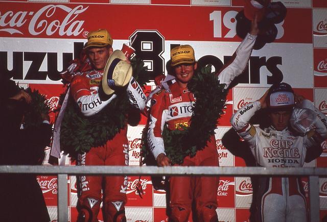 画像: 1993年、表彰台の中央で喜ぶS.ラッセル(左)とA.スライト。 ©︎鈴鹿サーキット/モビリティランド